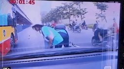Clip: 2 em học sinh ngã nhào xuống đường do va chạm, hành xử lễ phép sau đó với tài xế ô tô nhận nhiều lời khen ngợi