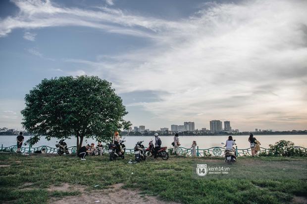 Hồ Tây rất chill những ngày này: dân tình đua nhau check-in với Muồng Hoàng Yến, chiều hoàng hôn đông kín người tụ tập - Ảnh 9.