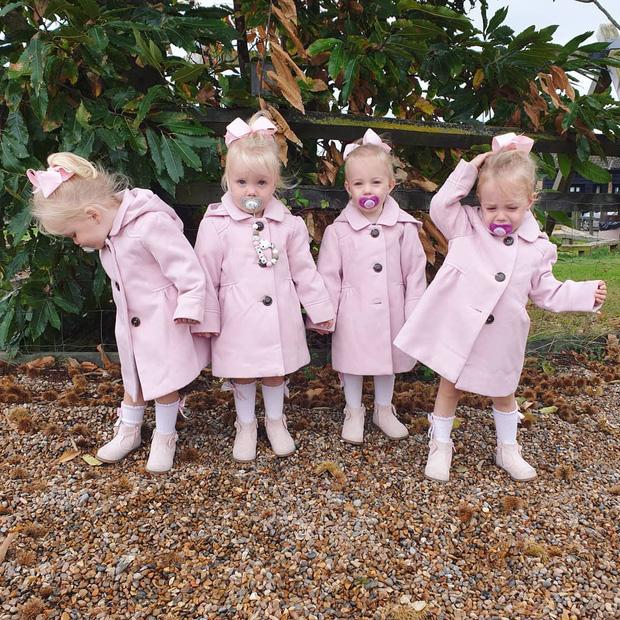 4 bé gái trong ca sinh tư giống hệt nhau vô cùng hiếm trên thế giới với tỷ lệ chỉ 1/70 triệu ca sau 3 năm đã có những thay đổi gây ngỡ ngàng - Ảnh 4.