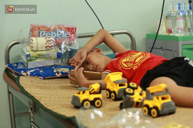 """Ấm lòng """"siêu anh hùng"""" đem niềm vui đến cho các em bé mang bệnh ung thư ngày 1/6 và câu chuyện cảm động về những chiếc điện thoại bên giường bệnh - Ảnh 6."""