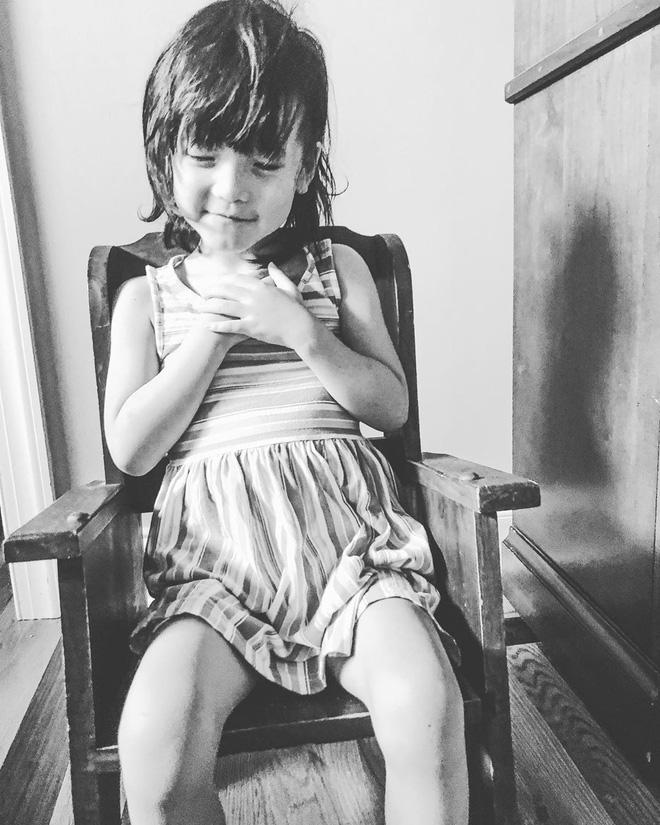 Bé gái có đôi mắt xanh thẳm khiến em khóc trong đau đớn 16 tiếng/ngày sau 1 năm nhận nuôi đã có sự thay đổi ngoạn mục - Ảnh 11.