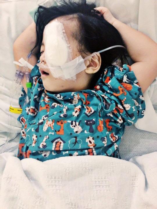 Bé gái có đôi mắt xanh thẳm khiến em khóc trong đau đớn 16 tiếng/ngày sau 1 năm nhận nuôi đã có sự thay đổi ngoạn mục - Ảnh 6.
