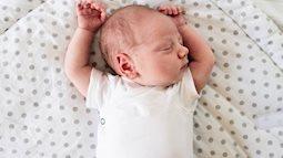 Đến tháng tuổi này mà trẻ vẫn nằm ngủ nghiêng cổ sang 1 bên thì cha mẹ chú ý đưa con đi khám ngay