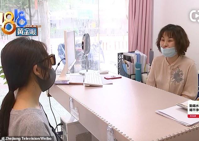 Một người phụ nữ phát hoảng khi thấy thanh silicone được cấy ghép trong mũi bỗng