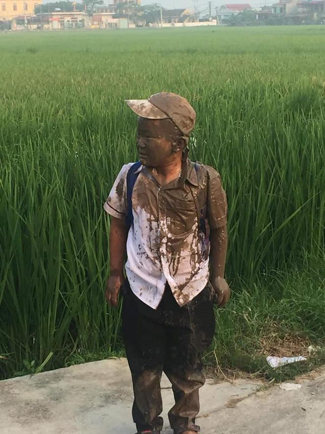 Đang yên đang lành thì đồng ruộng tự nhiên va vào người, cậu bé nâu từ đầu đến chân như thỏi socola đang chảy nước - Ảnh 3.