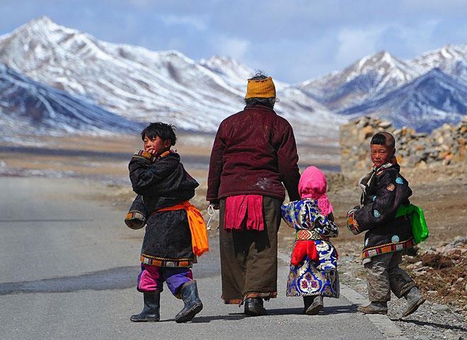 Phương pháp giáo dục trẻ nhỏ ở Tây Tạng: 1 tuổi coi là vua, 5 tuổi là nô lệ, nghe thì ngược đời nhưng càng ngẫm càng thấy đúng - Ảnh 1.