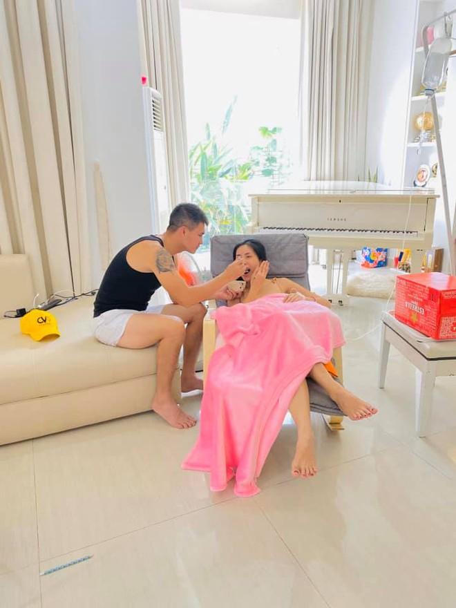 Thủy Tiên: Chồng em nói, cuộc sống hôn nhân nếu 1 người giỏi thì người còn lại phải ngu  - Ảnh 1.