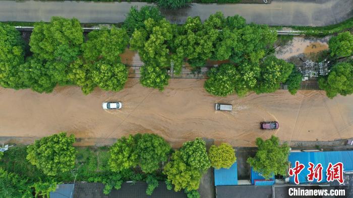 Lũ lụt diện rộng gần đập Tam Hiệp: Xe ô tô chới với trong biển nước - Ảnh 2.