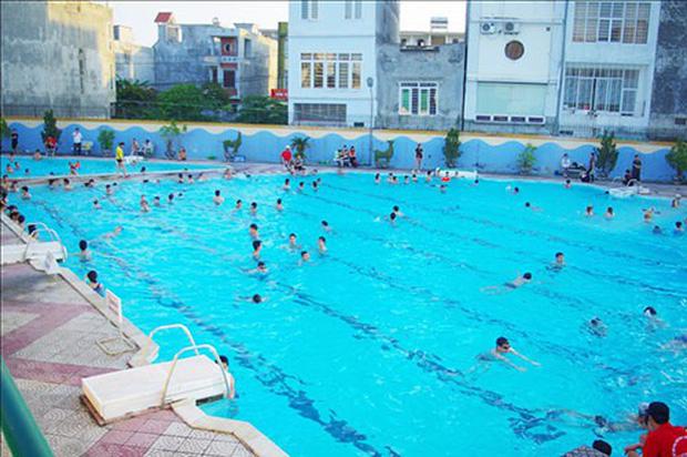 Bé trai 7 tuổi đuối nước thương tâm tại bể bơi trường đại học - Ảnh 1.