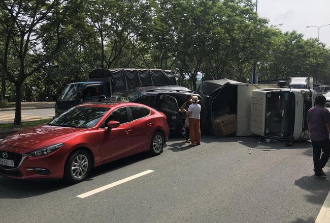 TP.HCM: Tai nạn liên hoàn khiến xe tải lật ngang giữa đường, 6 người trong đó có 2 cháu bé may mắn thoát chết - Ảnh 2.
