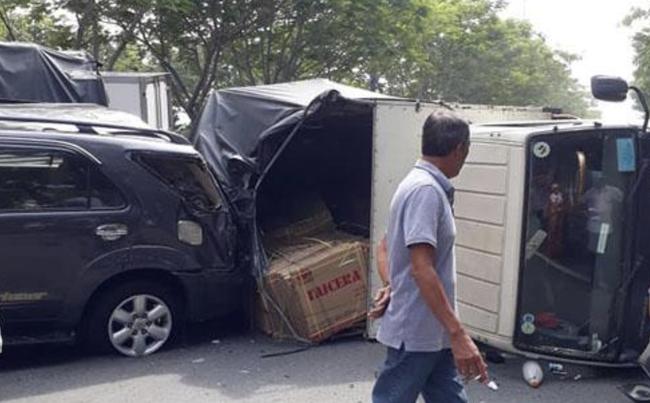 TP.HCM: Tai nạn liên hoàn khiến xe tải lật ngang giữa đường, 6 người trong đó có 2 cháu bé may mắn thoát chết - Ảnh 3.