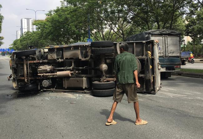 TP.HCM: Tai nạn liên hoàn khiến xe tải lật ngang giữa đường, 6 người trong đó có 2 cháu bé may mắn thoát chết - Ảnh 1.