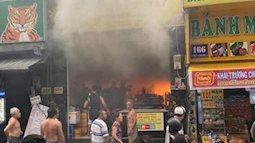 Giải cứu 7 người kẹt trong 'biển lửa' ở trung tâm Sài Gòn