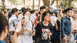 Sĩ tử Hà Nội đội nắng đến trường làm thủ tục thi lớp 10, khoảng 34.000 học trò sẽ trượt trường công lập