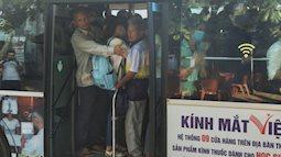 Ảnh: Người dân Hà Nội khổ sở chen chúc nhau lên xe buýt đi học, đi làm do số chuyến bị cắt giảm vì Covid-19