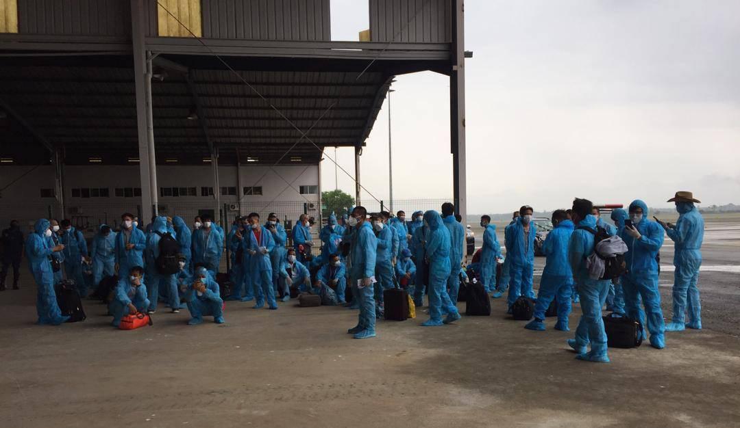 Tiếp viên trưởng kể về những tín hiệu SOS trên chuyến bay đón đồng bào ở Guinea Xích đạo - Ảnh 2.