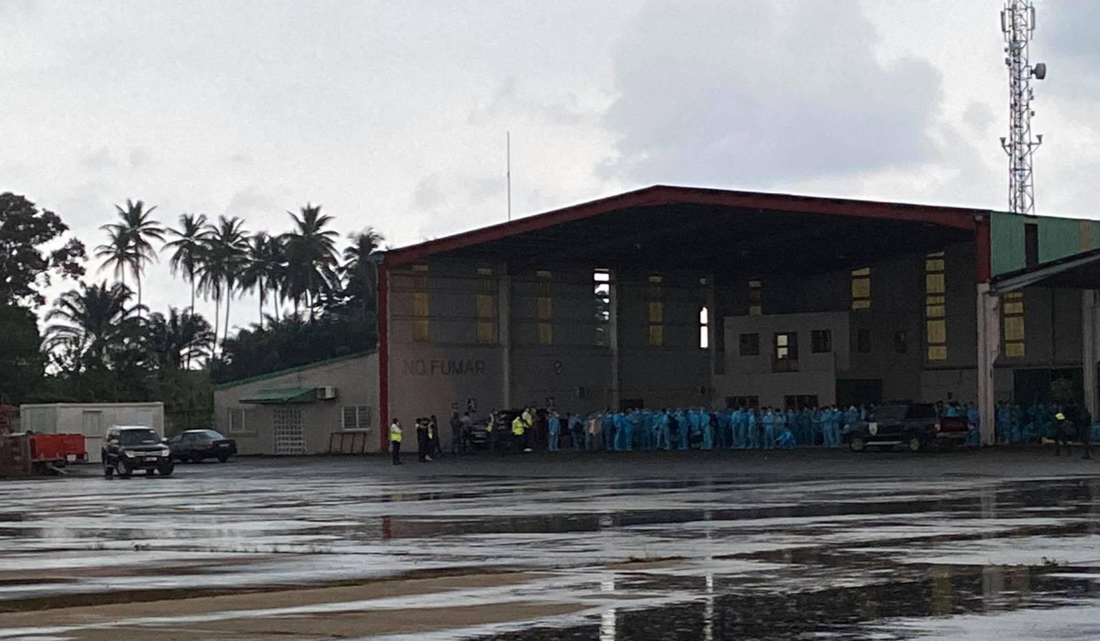 Tiếp viên trưởng kể về những tín hiệu SOS trên chuyến bay đón đồng bào ở Guinea Xích đạo - Ảnh 1.