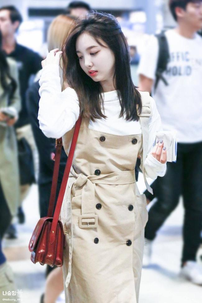 Nayeon (TWICE) không quá cao, toàn mặc đồ đơn giản nhưng style vẫn sành điệu và tôn dáng hết cỡ - Ảnh 6.