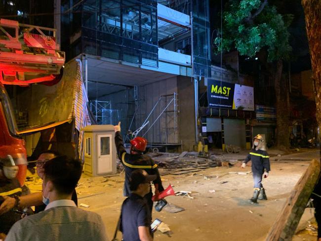 Sập giàn giáo nhiều người chết ở Hà Nội: Hàng xóm từng cảnh báo nhiều lần - Ảnh 2.