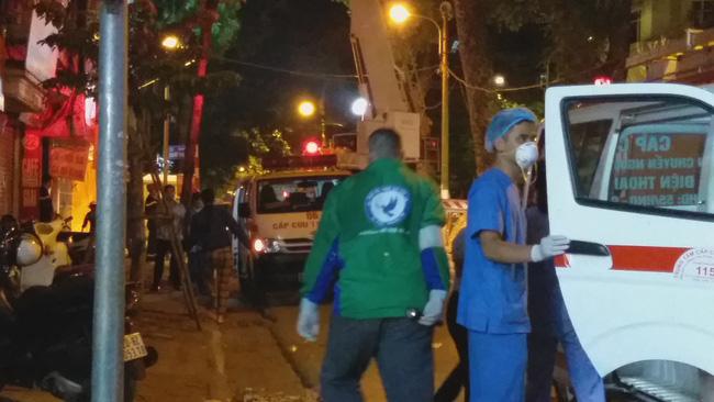 Sập giàn giáo nhiều người chết ở Hà Nội: Hàng xóm từng cảnh báo nhiều lần - Ảnh 8.