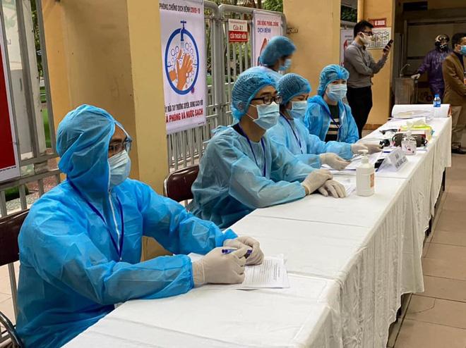 8 nhân viên y tế nhiễm COVID-19; 1 người diễn tiến nặng, tình huống xấu có thể phải lọc máu, chạy ECMO - Ảnh 1.