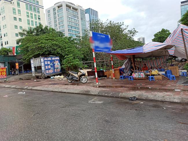 Hà Nội sau ngày đầu tiên sau chỉ đạo cấm hàng quán vỉa hè:  Vẫn còn 1 số hàng quán bên ngoài bến xe chưa nghiêm túc thực hiện - Ảnh 5.