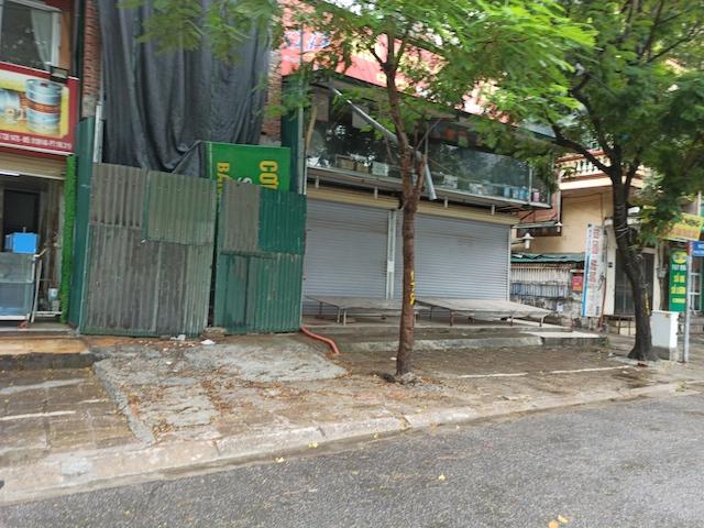 Hà Nội sau ngày đầu tiên sau chỉ đạo cấm hàng quán vỉa hè:  Vẫn còn 1 số hàng quán bên ngoài bến xe chưa nghiêm túc thực hiện - Ảnh 1.