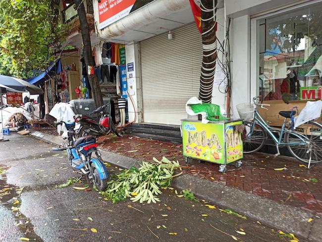 Hà Nội sau ngày đầu tiên sau chỉ đạo cấm hàng quán vỉa hè:  Vẫn còn 1 số hàng quán bên ngoài bến xe chưa nghiêm túc thực hiện - Ảnh 2.