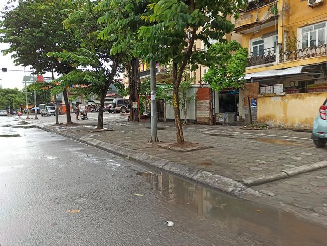 Hà Nội sau ngày đầu tiên sau chỉ đạo cấm hàng quán vỉa hè:  Vẫn còn 1 số hàng quán bên ngoài bến xe chưa nghiêm túc thực hiện - Ảnh 4.