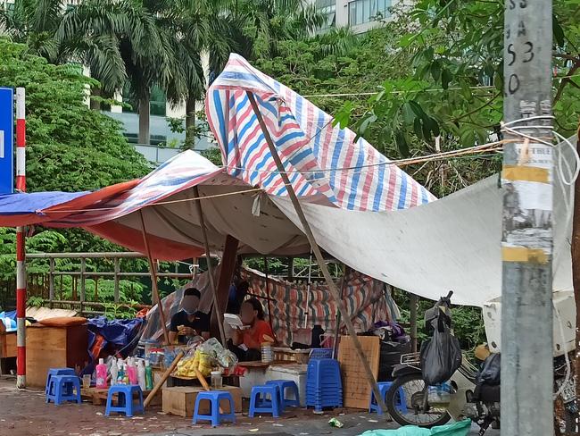 Hà Nội sau ngày đầu tiên sau chỉ đạo cấm hàng quán vỉa hè:  Vẫn còn 1 số hàng quán bên ngoài bến xe chưa nghiêm túc thực hiện - Ảnh 7.