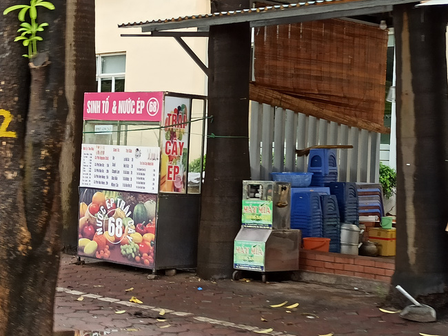 Hà Nội sau ngày đầu tiên sau chỉ đạo cấm hàng quán vỉa hè:  Vẫn còn 1 số hàng quán bên ngoài bến xe chưa nghiêm túc thực hiện - Ảnh 3.