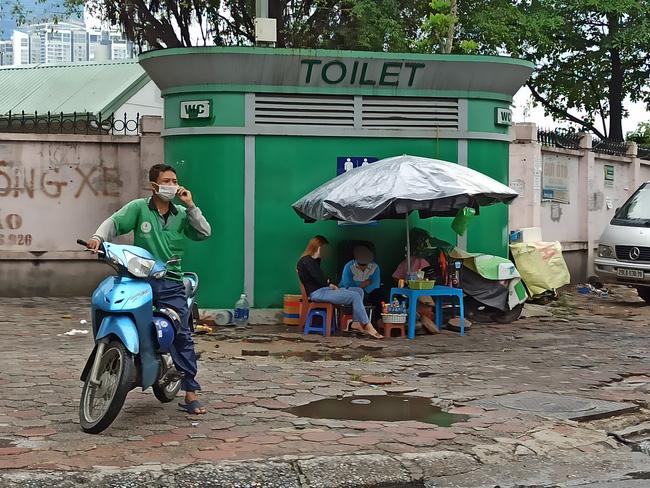 Hà Nội sau ngày đầu tiên sau chỉ đạo cấm hàng quán vỉa hè:  Vẫn còn 1 số hàng quán bên ngoài bến xe chưa nghiêm túc thực hiện - Ảnh 8.