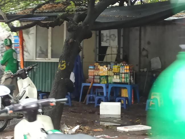 Hà Nội sau ngày đầu tiên sau chỉ đạo cấm hàng quán vỉa hè:  Vẫn còn 1 số hàng quán bên ngoài bến xe chưa nghiêm túc thực hiện - Ảnh 12.