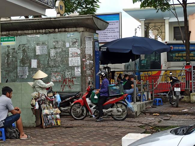 Hà Nội sau ngày đầu tiên sau chỉ đạo cấm hàng quán vỉa hè:  Vẫn còn 1 số hàng quán bên ngoài bến xe chưa nghiêm túc thực hiện - Ảnh 10.