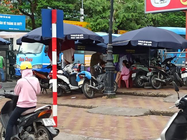 Hà Nội sau ngày đầu tiên sau chỉ đạo cấm hàng quán vỉa hè:  Vẫn còn 1 số hàng quán bên ngoài bến xe chưa nghiêm túc thực hiện - Ảnh 13.