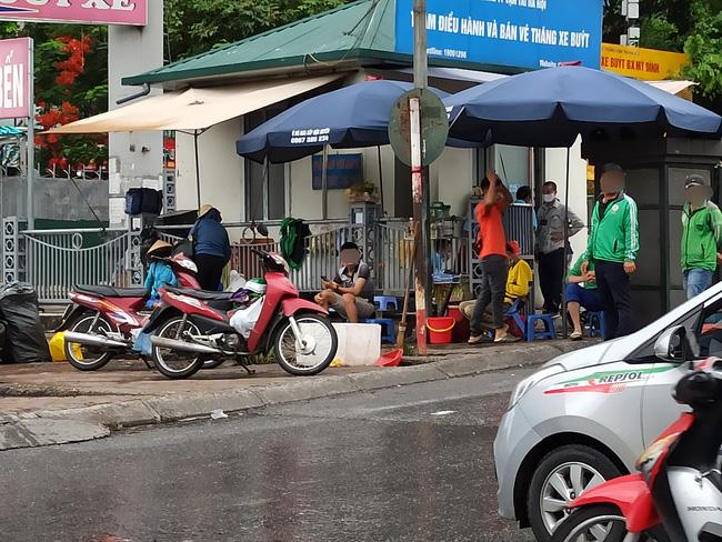 Hà Nội sau ngày đầu tiên sau chỉ đạo cấm hàng quán vỉa hè:  Vẫn còn 1 số hàng quán bên ngoài bến xe chưa nghiêm túc thực hiện - Ảnh 11.