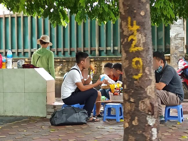 Hà Nội sau ngày đầu tiên sau chỉ đạo cấm hàng quán vỉa hè:  Vẫn còn 1 số hàng quán bên ngoài bến xe chưa nghiêm túc thực hiện - Ảnh 9.