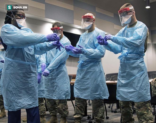 Nhân viên y tế dù mặc đồ bảo hộ vẫn có nguy cơ mắc Covid-19 cao gấp 3 lần - Ảnh 1.