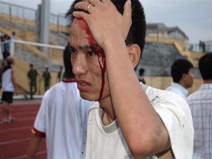 Thảm kịch đẫm máu nhất bóng đá Việt: Hàng ngàn CĐV ẩu đả, 1 người tử nạn, sếp VFF từ chức - Ảnh 5.