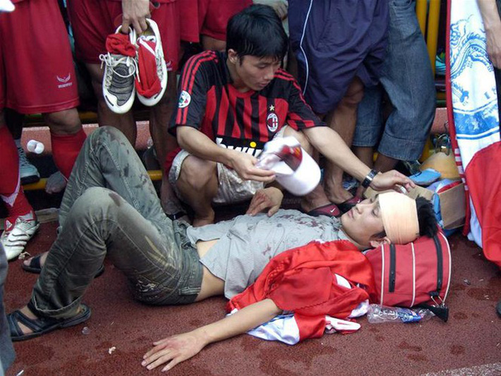 Thảm kịch đẫm máu nhất bóng đá Việt: Hàng ngàn CĐV ẩu đả, 1 người tử nạn, sếp VFF từ chức - Ảnh 6.