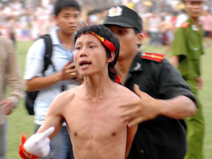 Thảm kịch đẫm máu nhất bóng đá Việt: Hàng ngàn CĐV ẩu đả, 1 người tử nạn, sếp VFF từ chức - Ảnh 1.