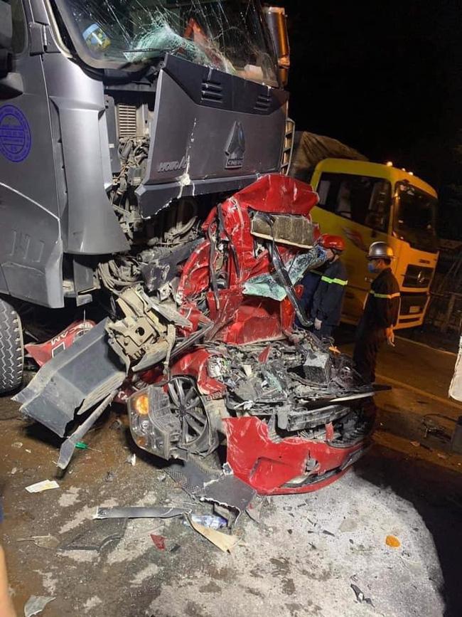 Tài xế container đâm xe con làm 3 người tử vong ở Hà Nội đã đầu thú, khai nhận do buồn ngủ - Ảnh 1.