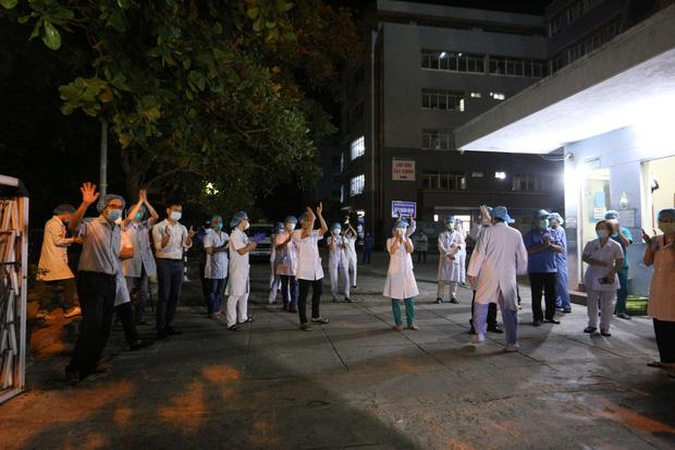 Đà Nẵng: Người dân cùng y bác sĩ vỗ tay hát Như có Bác Hồ trong ngày vui đại thắng trong giây phút dỡ bỏ cách ly - Ảnh 9.