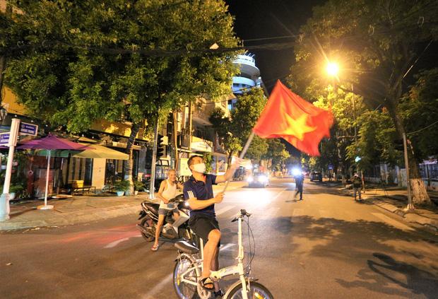 Đà Nẵng: Người dân cùng y bác sĩ vỗ tay hát Như có Bác Hồ trong ngày vui đại thắng trong giây phút dỡ bỏ cách ly - Ảnh 5.