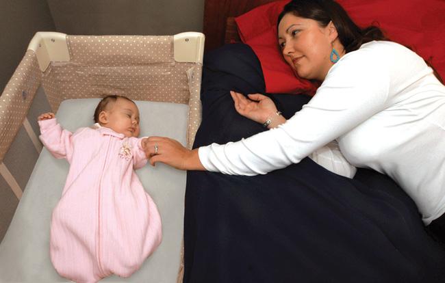 Cho bé sơ sinh ngủ chung giường – rủi ro thực sự đến mức nào? - Ảnh 2.