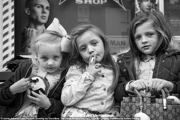 Trẻ em phì phèo điếu thuốc, make-up đậm, đeo túi hiệu và những nét văn hóa độc đáo đầy ấn tượng của dân du mục ngay giữa lòng Ireland - Ảnh 1.