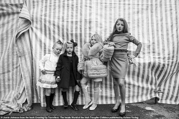Trẻ em phì phèo điếu thuốc, make-up đậm, đeo túi hiệu và những nét văn hóa độc đáo đầy ấn tượng của dân du mục ngay giữa lòng Ireland - Ảnh 2.