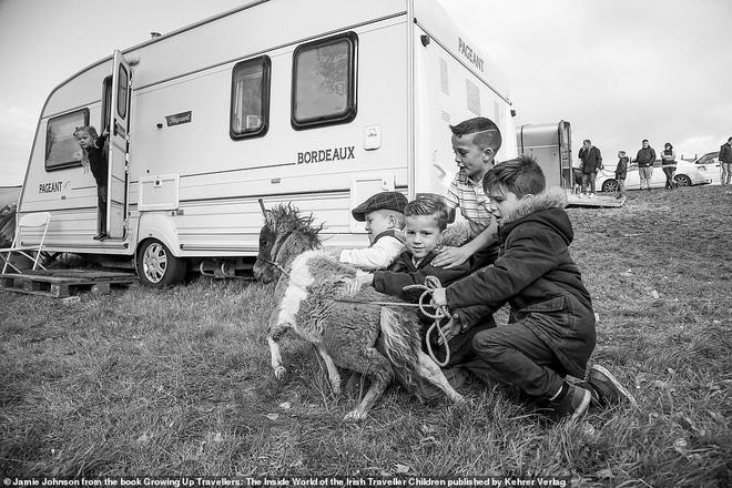Trẻ em phì phèo điếu thuốc, make-up đậm, đeo túi hiệu và những nét văn hóa độc đáo đầy ấn tượng của dân du mục ngay giữa lòng Ireland - Ảnh 9.