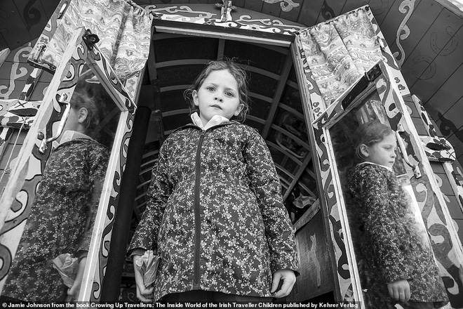 Trẻ em phì phèo điếu thuốc, make-up đậm, đeo túi hiệu và những nét văn hóa độc đáo đầy ấn tượng của dân du mục ngay giữa lòng Ireland - Ảnh 10.