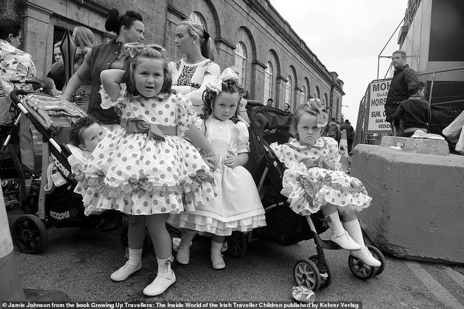 Trẻ em phì phèo điếu thuốc, make-up đậm, đeo túi hiệu và những nét văn hóa độc đáo đầy ấn tượng của dân du mục ngay giữa lòng Ireland - Ảnh 11.